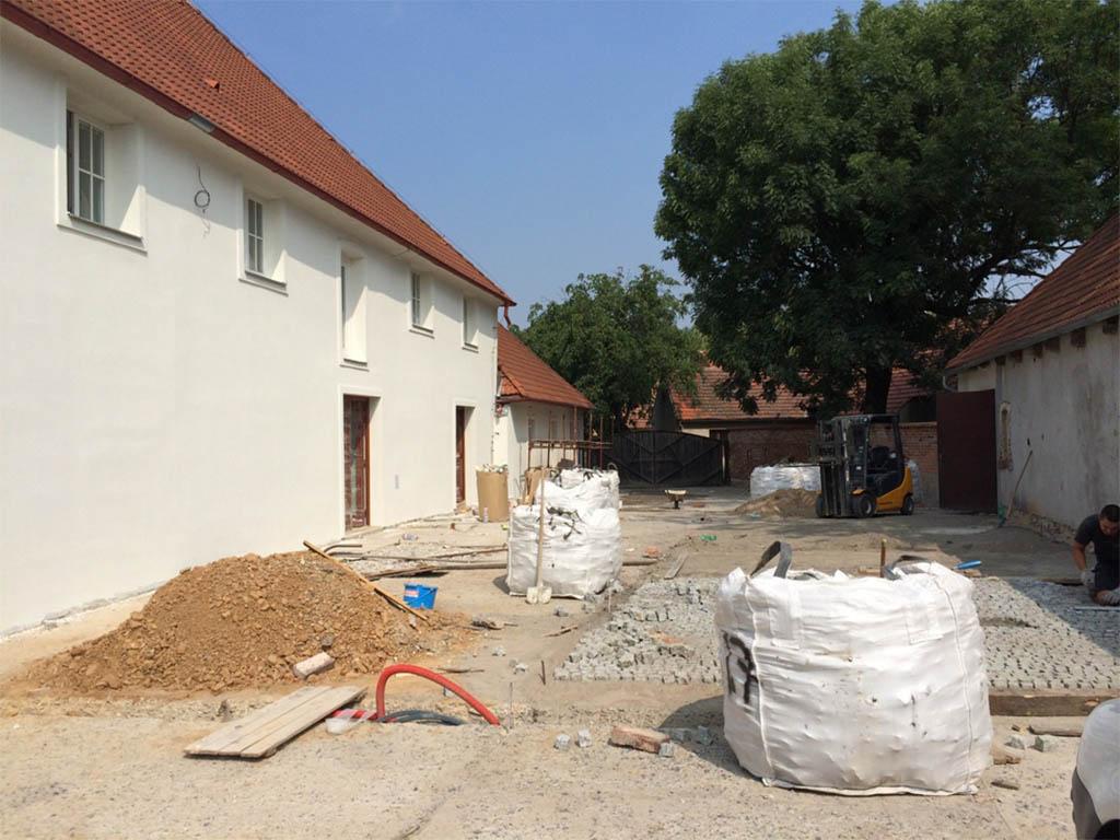Stodola Herink - rekonstrukce pivnice, nádvoří, restaurace